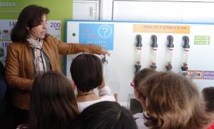 La monitora explica a los alumnos las maneras ahorrar agua.
