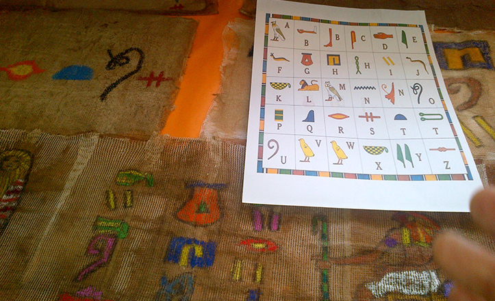 La escritura en jeroglíficos, parte de la exposición por el Día del Libro en los colegios del distrito.