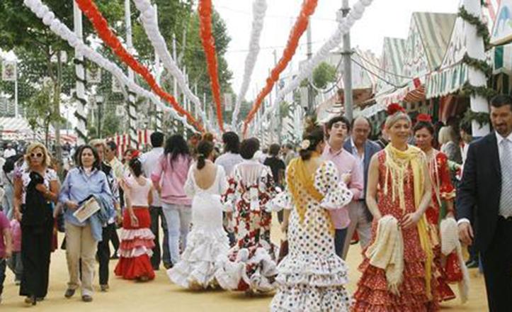 Numeroso público transita las calles de la Feria de Abril