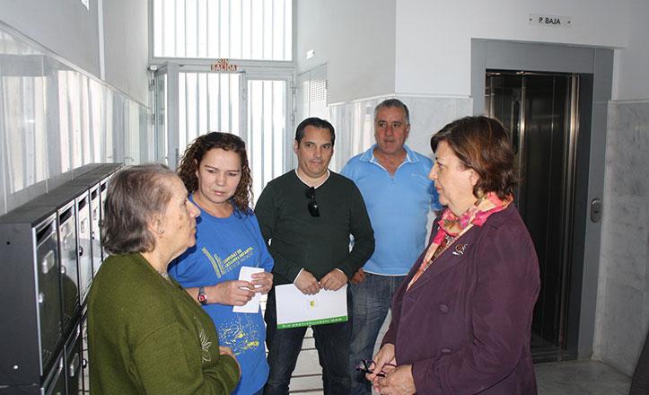 IU denuncia cortes de luz y agua en un bloque de viviendas en Torreblanca