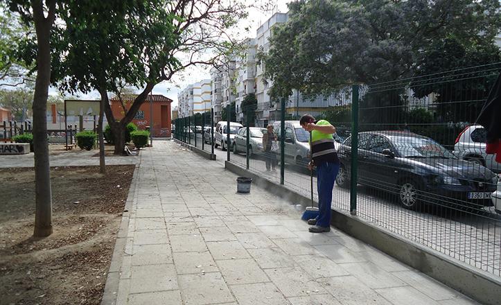 Trabajos de mejora en el parque infantil de la barriada de Los Príncipes