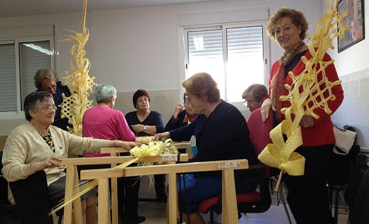 Mujeres del Cerro se afanan en trenzar las palmas a pocos días de la Semana Santa