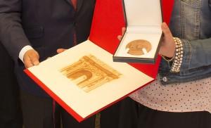 Un grabado y una medalla, detalles que el Ayuntamiento de Sevilla ha querido tener con Calzados Alfonso