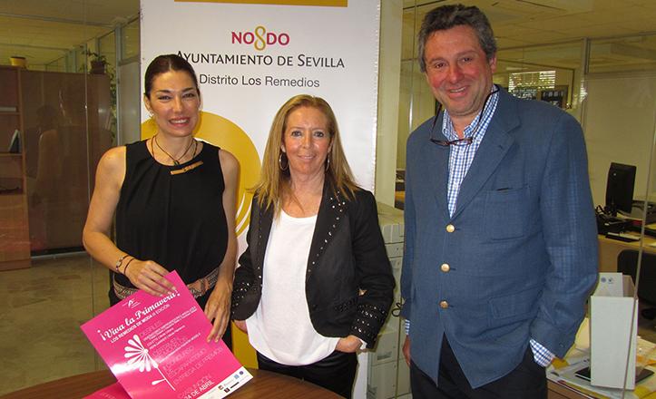 Reunión para los últimos preparativos de «¡Viva la primavera! Los Remedios de moda» con Raquel Revuelta, Carmen Ríos y Manuel Ibáñez (de izq a dcha).