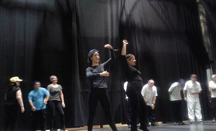 Actuación especial de los jóvenes del taller de Danzaterapia