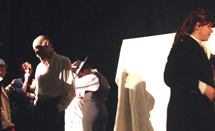 El IES Federico Mayor Zaragoza representa una obra de teatro en Bellavista