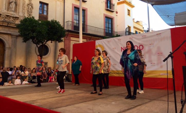 Exhibición en la plaza del Salvador por la clausura de los talleres socioculturales del Distrito Casco Antiguo