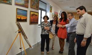 Evelia Rincón contempla las obras pictóricas de los talleres Macarena