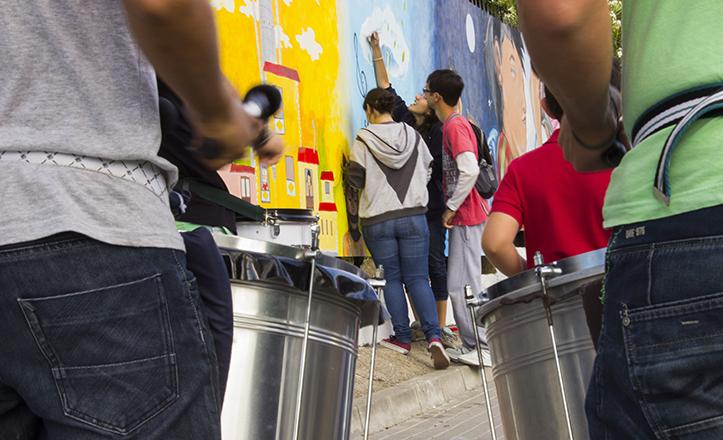 El nuevo graffitti de la calle Éfeso, punto de partida del II Experimento San Pablo, con batucada incluida