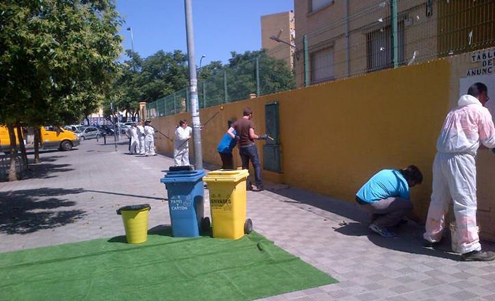 Limpieza de graffittis en el CEIP Juan de la Cueva