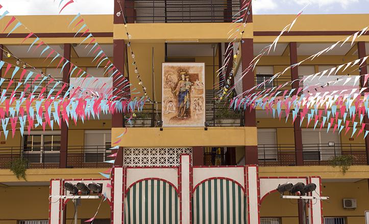 Banderolas rosas y celestes decoran el patio principal de los Salesianos de la Trinidad para la verbena de MAría Auxiliadora