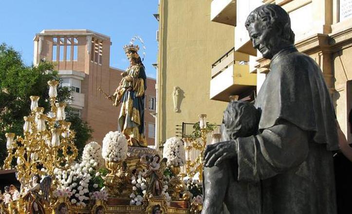 María Auxiliadora de la Trinidad, junto al monumento a San Juan Bosco