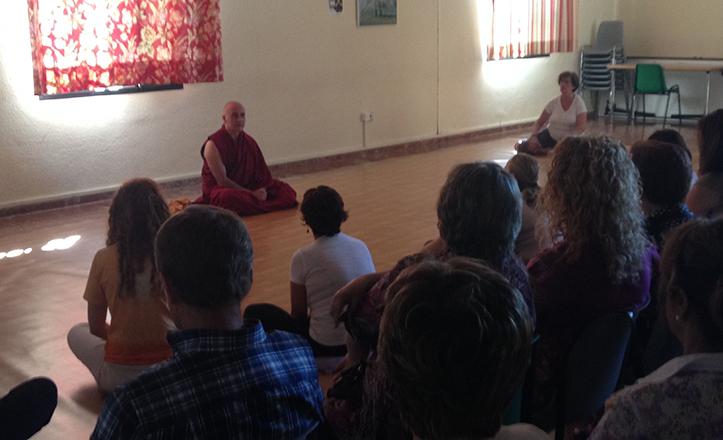 El monje budista Tenzing Thupten, durante su visita a los talleres de Cerro-Amate
