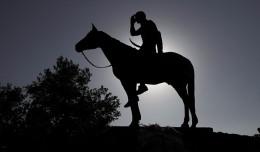 Estatua del explorador a caballo, el indio de Kansas City, símbolo de uno de los hermanamientos de Sevilla