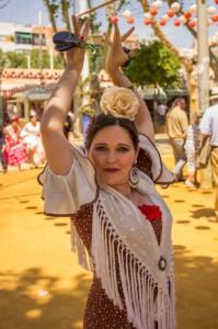 La monitora, Pastora del Rocío, en flamenca pose