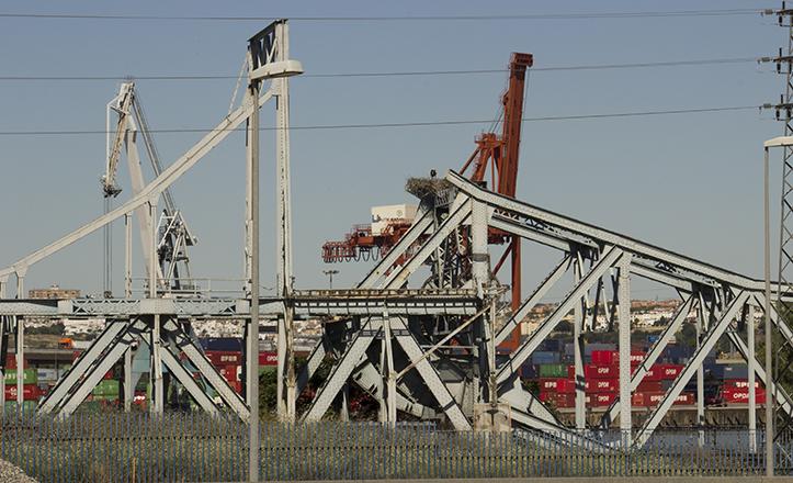 Vista del puente de Alfonso XIII en 2014, entremezclándose con la maquinaria del Puerto de Sevilla
