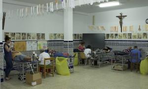 Vecinos de Torreblanca en los salones parroquiales, improvisado centro de donación