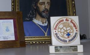 El galardón de la Federación Andaluza de Donantes luce delante del retrato del Cautivo