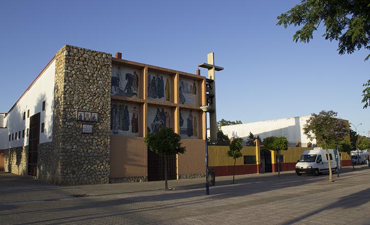 Parroquia de San Antonio de PAdua, en Torreblanca, donde se aprecia la furgoneta del Centro de Transfusión Sanguínea