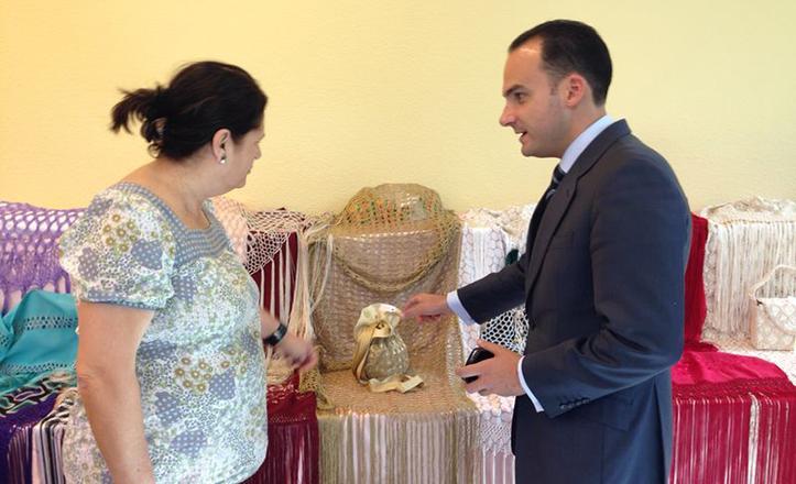 Rafael Belmonte, delegado del Distrito Bellavista-La Palmera, en plena visita de la exposición de artesanías de los talleres