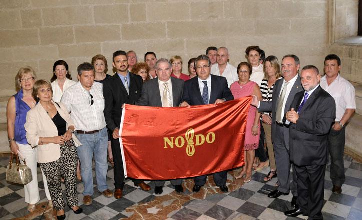 Zoido entrega la bandera de la ciudad a la Asociación de Donantes