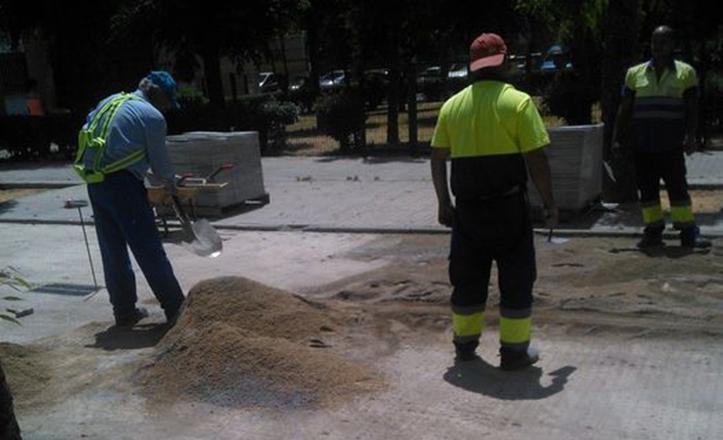 Reparación en el acerado de la barriada de Villegas