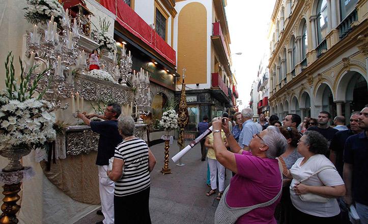 Sevillanos fotografiando los altares del Corpus