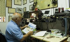 Juan revisa el cartel de la próxima concentración en Sevilla entre material de radiotelegafría