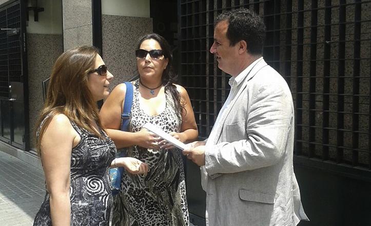Juan Carlos Cabrera, concejal del PSOE, recogiendo firmas en contra de la zona azul en la Buhaira