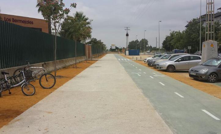 El flamante carril bici, y la senda peatonal, que conectan los dos parques del Distrito Bellavista-La Palmera
