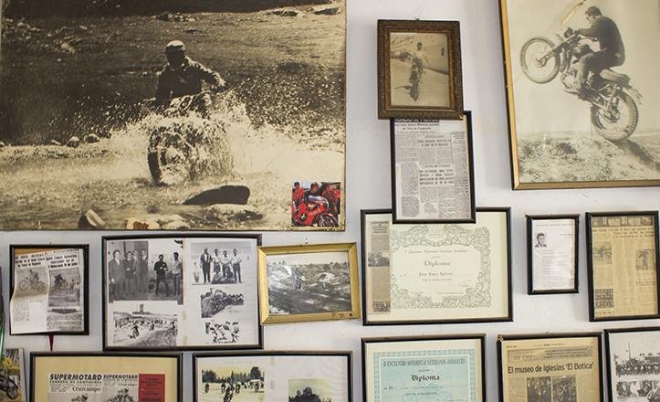 Las paredes del «museo» de Juan López son un repaso en imágenes de su vida. Arriba, «er Botica» en plena acción