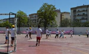 Escolares jugando en el Primer Encuentro Deportivo Macarena