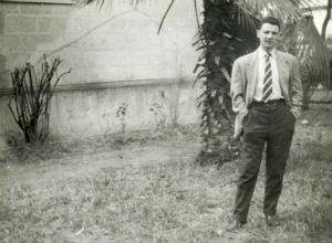 Eduardo fotografiado junto a la palmera del jardín del Pabellón de Colombia