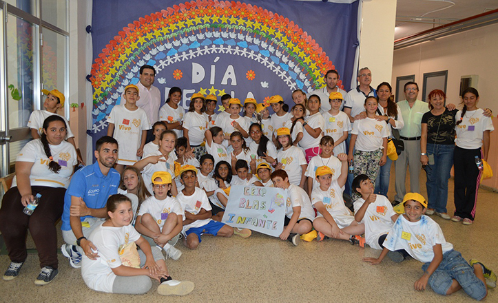 Foto de familia del primer encuentro deportivo escolar Macarena
