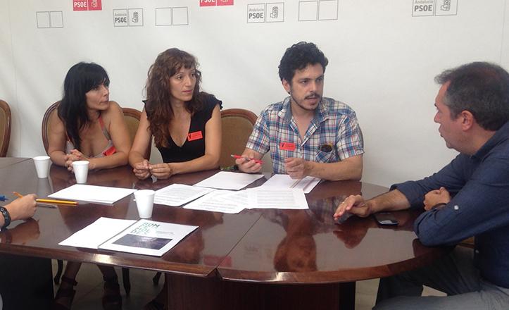 El portavoz socialista, Juan Espadas, en reunión con los artesanos de Rompemoldes