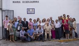 Foto de familia con motivo del descubrimiento de un azulejo conmemorativo de la visita de la Macarena a María Auxiliadora