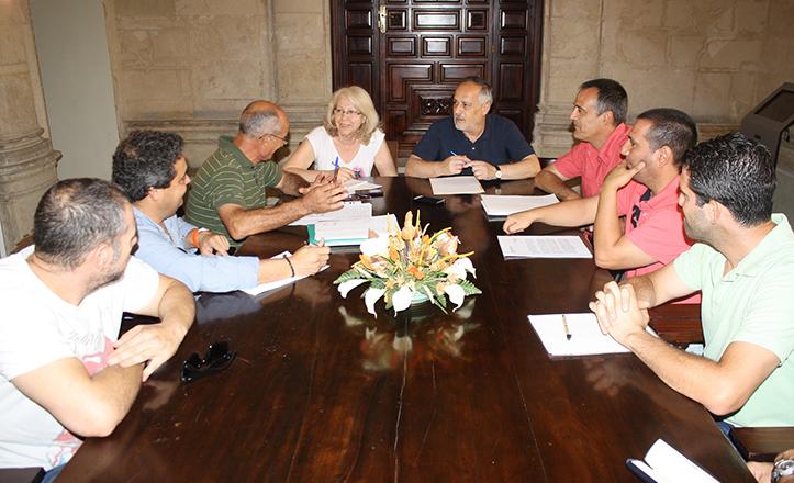 José Manuel García, portavoz municipal de IU, reunido con trabajadores de IMESAPI y ACISA
