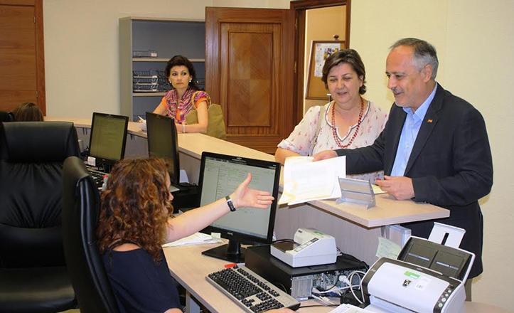 La concejal de Iu Josefa Medrano y el portavoz municipal, José Manuel García presentan la reclamación por la ampliación de la zona azul
