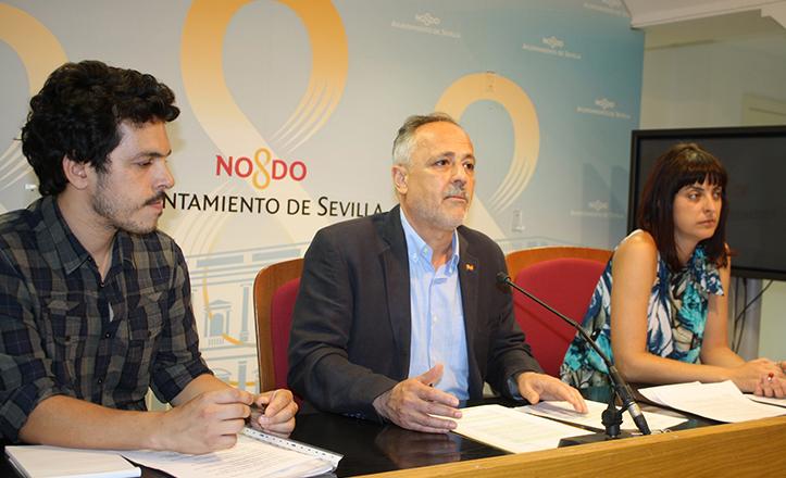 El portavoz de IU, José Manuel García, junto a los artesanos de Rompemoldes Vanesa Galán y Pablo Fernández