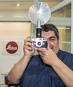 Julian Cano con su Leica