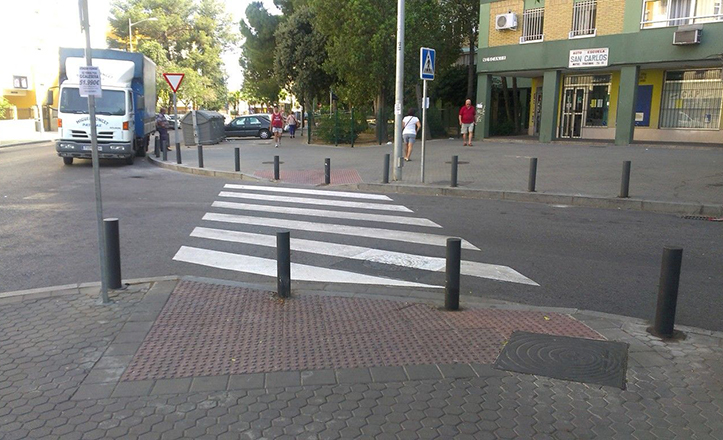 Mejoras en la barriada del Trébol. Por ejemplo, repintado de paso de peatones
