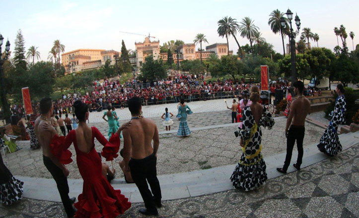os primeros destellos comenzaban pasadas las 20.30 horas en la Plaza de América en el Parque de María Luisa. Fotógrafos profesionales y aficionados tomaron imágenes de un desfile de moda flamenca organizado por el Grupo Puech