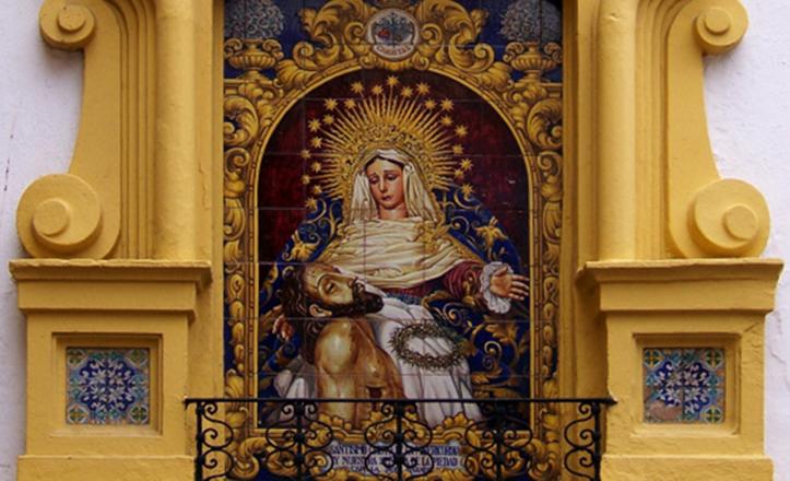 La Piedad del Baratillo, con el Cristo de la Misericordia en su regazo, solo luce en este azulejo y en la de la calle Luis Montoto