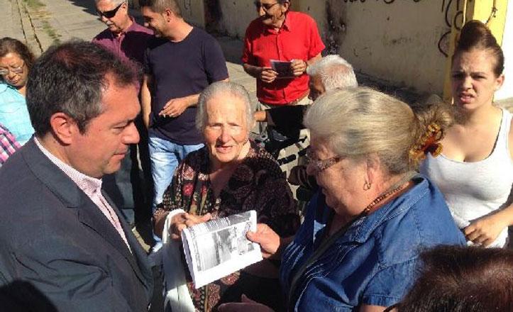 Espadas analiza con los vecinos de Tres Barrios y Amate los tres años de «abandono»