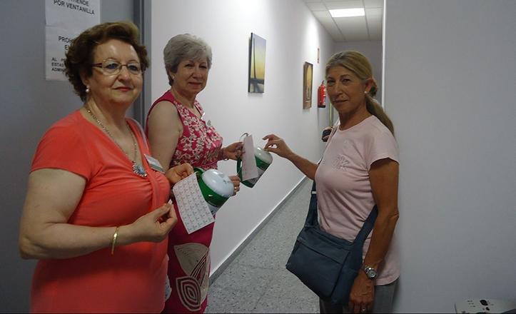 Isabel y María Luisa, voluntarias, recogiendo ayudas por el cáncer