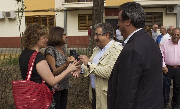 El Alcalde, Juan Ignacio Zoido, junto a Ignacio Flores, delegado del Distrito Este-Alcosa-Torreblanca, y vecinos de Alcosa