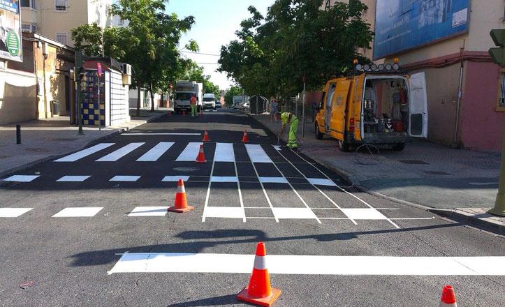 Pintan las señales y los pasos de peatones de la calle Candelilla