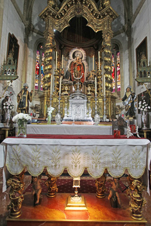 El presbiterio, con el baldaquino que cobija a la Reina de Todos los Santos