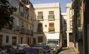 La calle de Menjíbar, antigua plaza de las Monjas, acogió un parvulario donde estudiaron Manuel y Antonio Machado