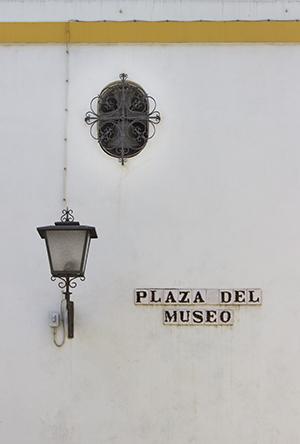 Tres detalles que observar en la Plaza del Museo. Letrero sevillano, farola y campanil «oculto»